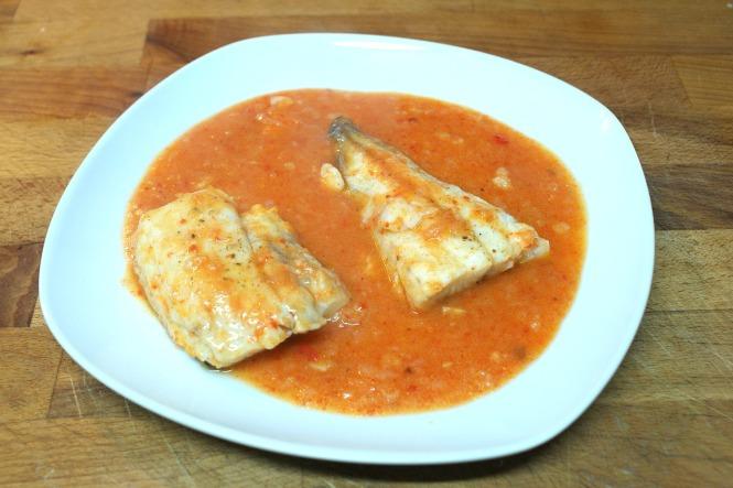 Merluza con salsa de pimientos asados o escalibados