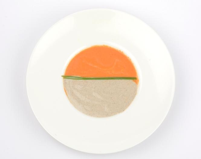 Dos cremas en un mismo plato de champiñones y tomate