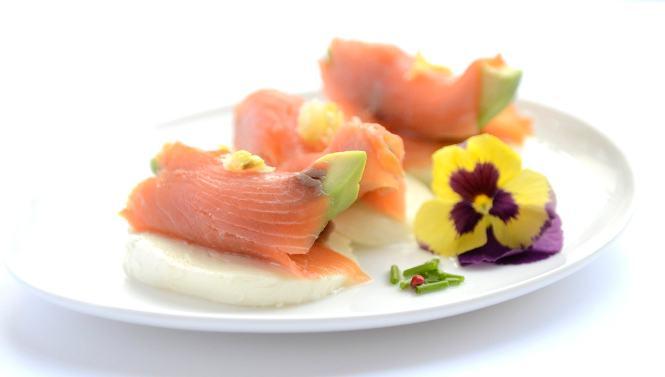 Ensalada de mozzarella fresca de bufala con aguacate y salmón ahumado