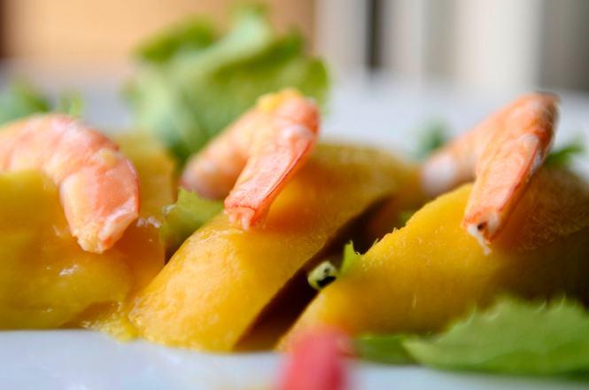 Ensalada con mango, langostino cocido y menta fresca