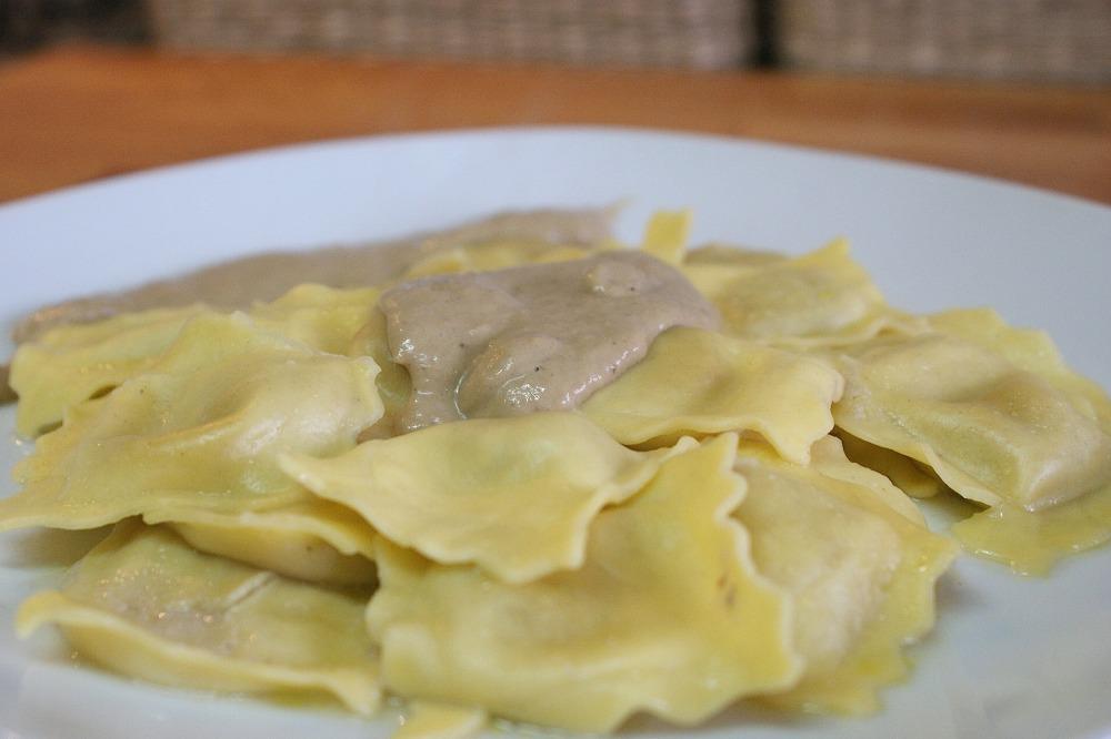 Ravioli de pasta fresca con crema de ceps  o boletus