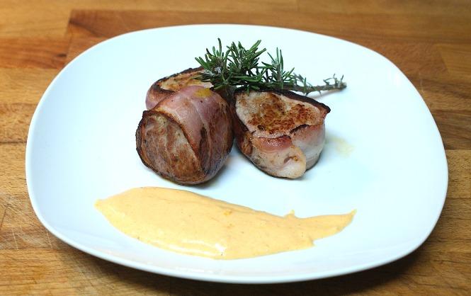 Solomillo de cerdo envuelto en bacon con mayonesa de ajo y sobrasada