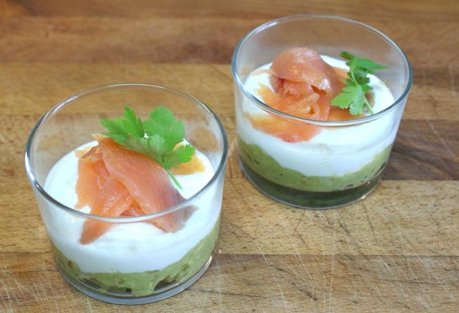 Vasitos de guacamole suave con queso fresco y salmón ahumado