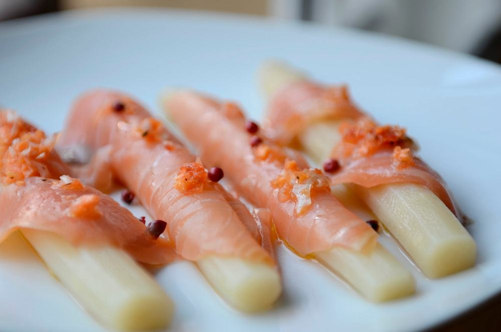 Espárragos blancos con salmón ahumado y vinagreta