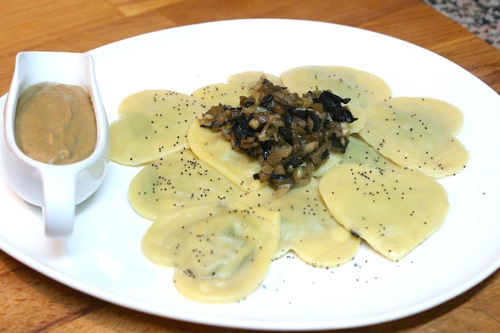 Ravioli de pasta fresca casera de calabaza relleno de trompetillas, ajos tiernos y berenjena