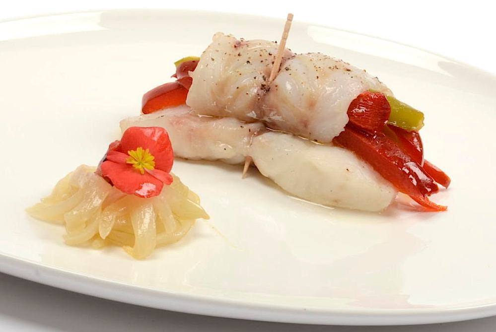 Rollo de pescado blanco con verduras al horno
