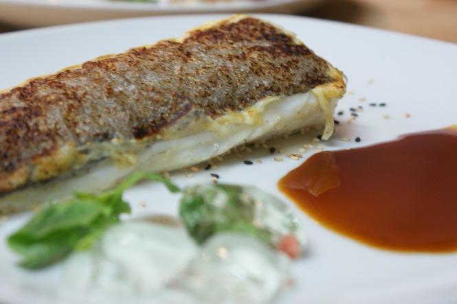 Bacalao en crosta de sésamos con reducción de soja cítrica y gelée de gin tonic