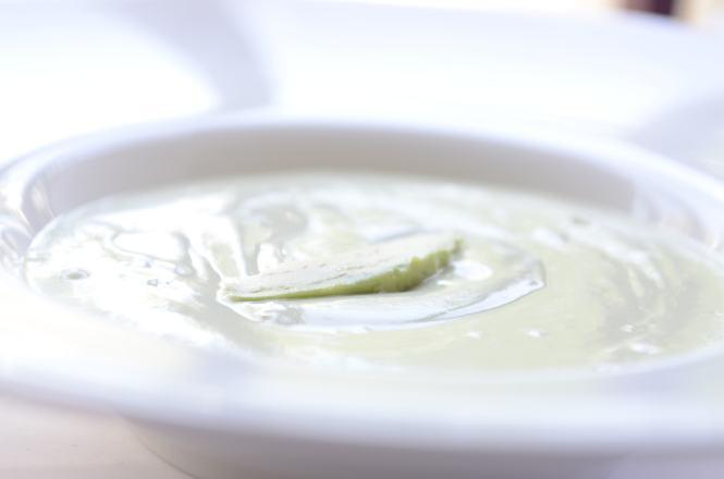 Gazpacho suave de aguacate con verduras