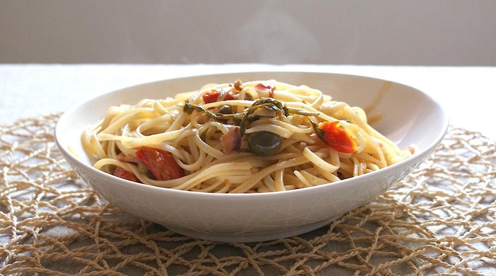 tallarines con calamar, aceitunas picadas, ajo y pimiento chile