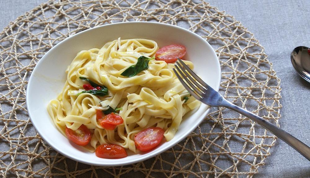 Pasta fresca con chili, ajo, tomate cherry y albahaca fresca